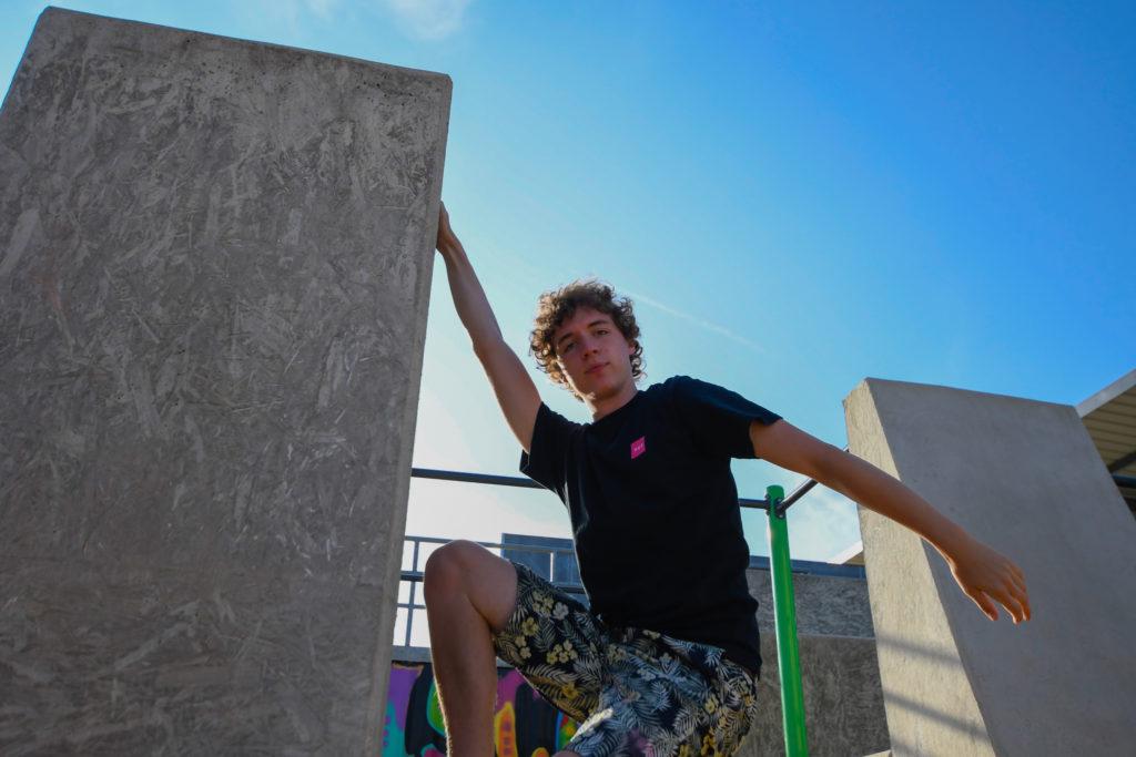 Yannick hanging